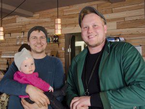 Christoph Radtke (li), mit Lorenz`Tochter Asta im Arm, und Lorenz Köhler sind die Betreiber der neuen Café-Bar in Pieschen.