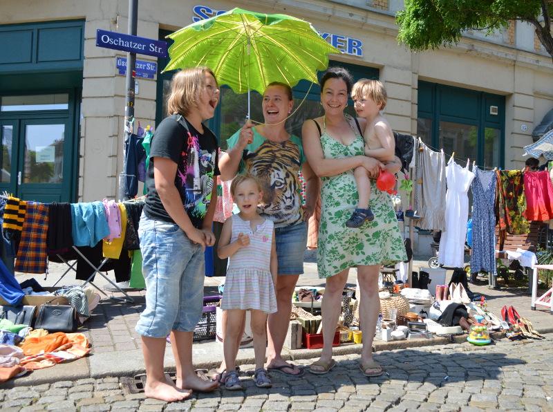 Sankt Pieschen 2015: Tim, Juana, Anja Müller, Caroline Hamann und Rémy verkauften an ihrem eigenen Flohmarkt-Stand kleine Habseligkeiten, Krimskrams und Klamotten. Foto: K. Tominski