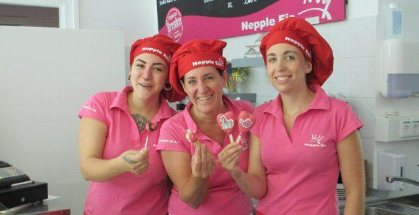 Annette Nepple mit ihren Perlen Alina Nepple (l.) und Anne Naumann (r.). Foto: Philine