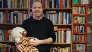Sein Buchteddy begleitet Uwe Barthel seit seinem zweiten Lebensjahr