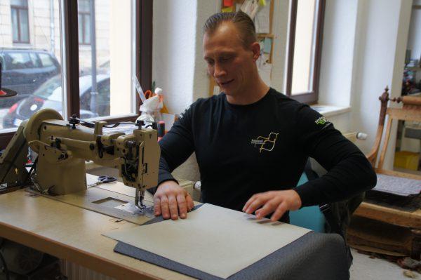 Der Handwerker und die Nähmaschine: Claas Willmann in seiner Werkstatt