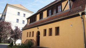 Das Hotel wurde 1905 als Pförtnerhäuschen von Hans Erlwein erbaut