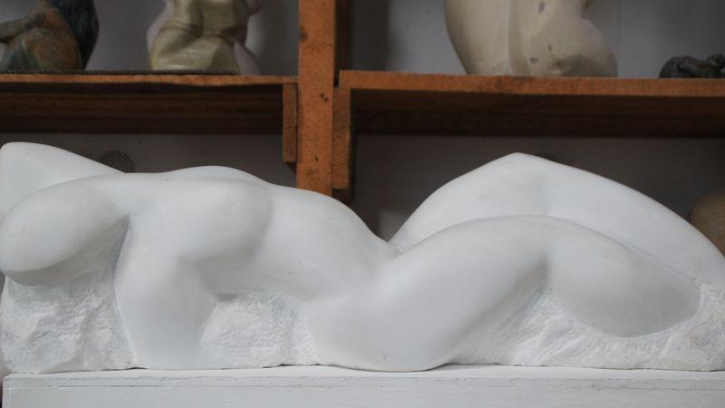 Der Marmor, den Konstanze Feindt-Eißner bearbeitet, stammt aus Laas in Südtirol, Ungarn, Kuba oder der Toskana.