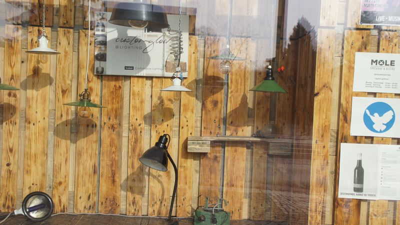 Aufgehübschte Industrielampen im Nachbarschaufenster: Die Mole sorgt für eine ästhetische Umgebung