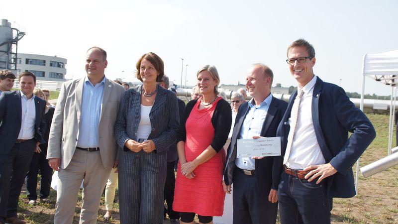 Übergabe eines Gedenkschilds an die Mitarbeit des Freitaler Ingenieurbüros Born & Ermel. In der Mitte: Projektleiterin Kirsten Bährig