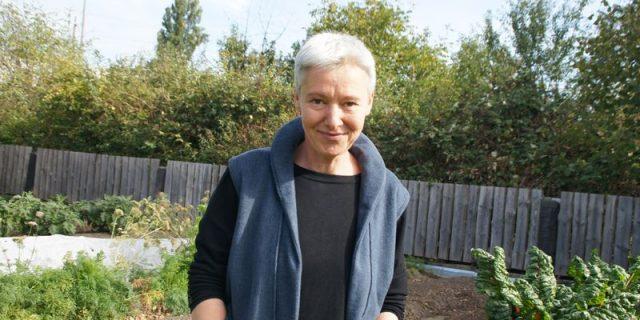 Cornelia Stollberg in ihrem Garten