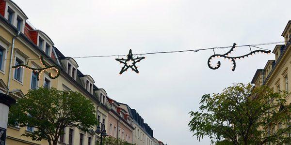 Weihnachtsbeleuchtung hängt in der Oschatzer Straße