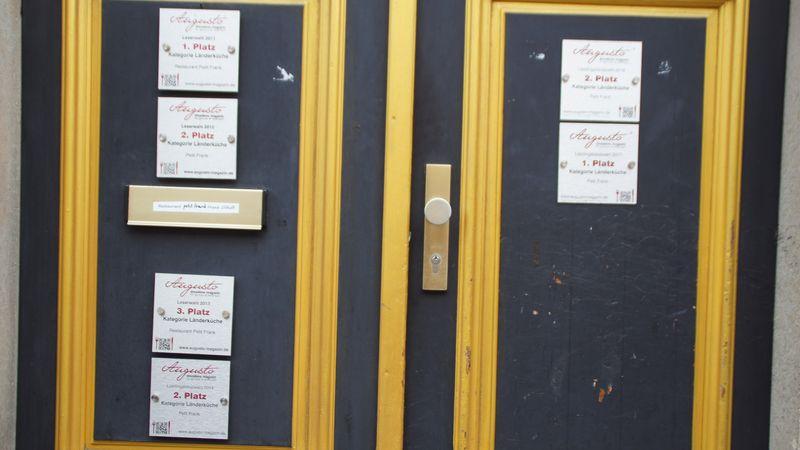 Die Plaketten verraten, an welche Hausnummer man geraten ist